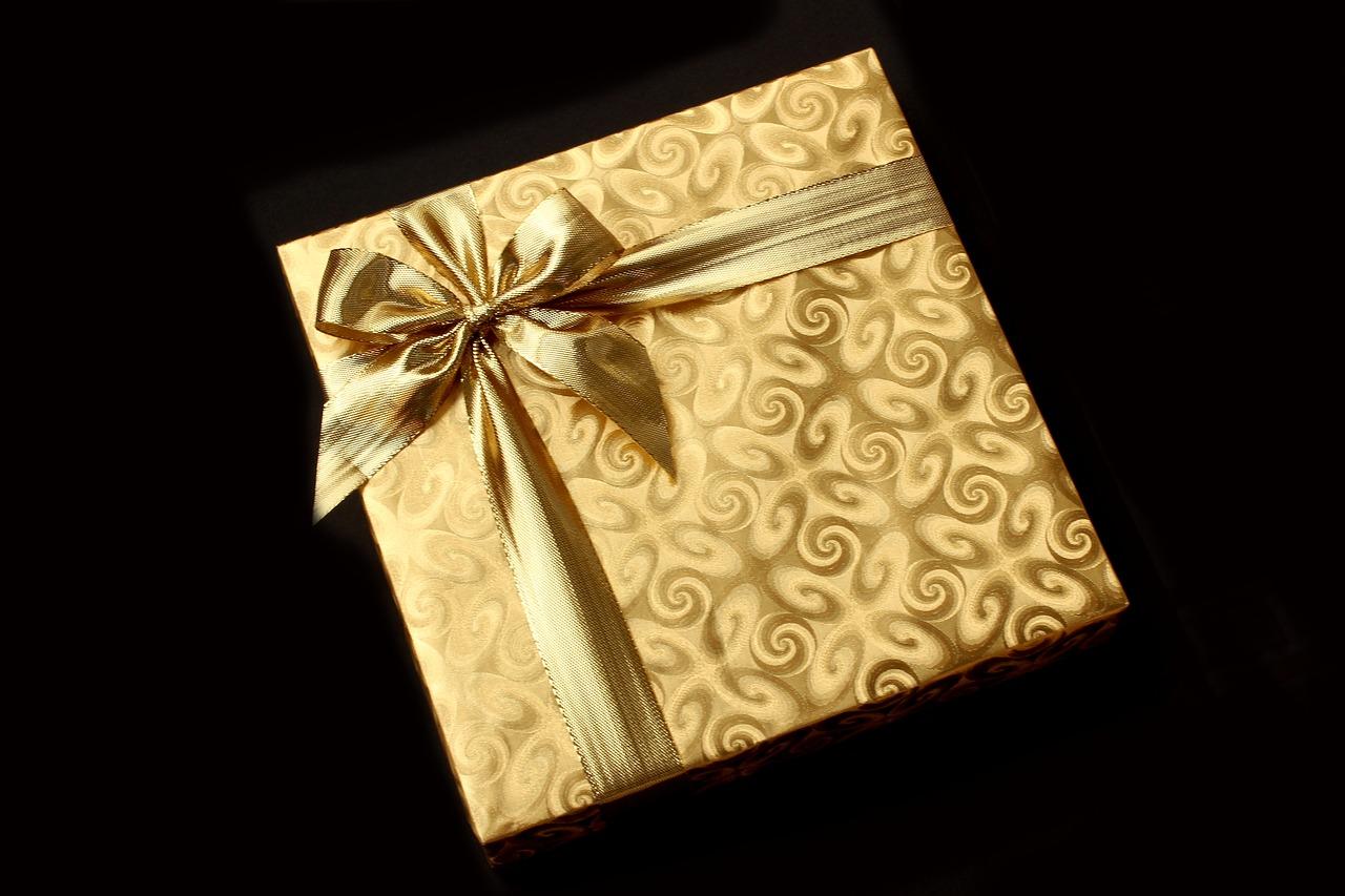 dovanų pakavimas popieriumi su bantu